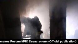 Пожарный ликвидирует ЧП в Каче