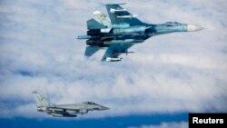 Një rast i afrimit të rrezikshëm të aeroplanit luftarak rus (lartë) dhe atij britanik