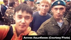 Актлек Акылбеков (справа) в день присяги, 11 июля