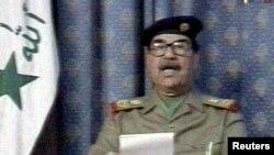 Президент Саддам Хусейн Кошмо Штаттар ага каршы согушту баштагандан үч сааттан кийин мамлекеттик телевидениеден ирактыктарга кайрылууда. 20-март 2003
