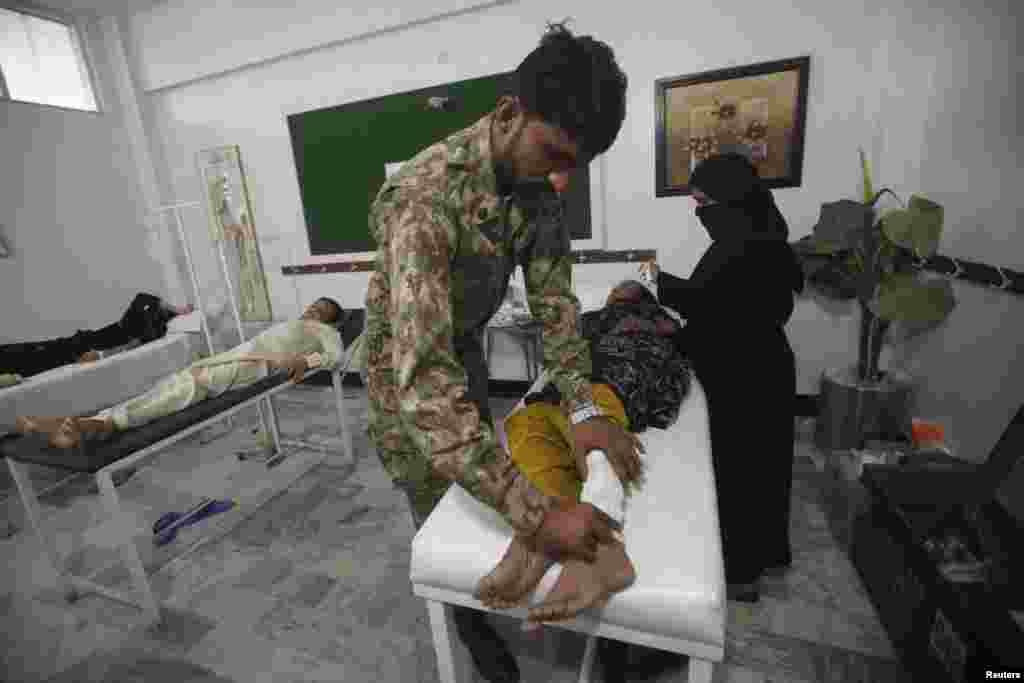 Жінка отримує лікування від теплового удару в військовому центрі, який був організований у місцевій школі в Карачі, 23 червня 2015 року