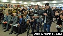 На презентации книги политика Гани Касымова. Алматы, 9 октября 2015 года.