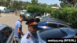 Полицейский у офиса Казахстанского бюро по правам человека, где было совершено нападение на журналистов, в том числе репортеров «Азаттыка». Алматы, 22 июля 2019 года.