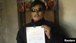 Қытайдағы құқық қорғаушы Чэнь Гуанчен үкіметке қарсы жазған петициясын ұстап тұр. Қытай, Шаньдун провинциясы, 27 сәуір 2012 жыл.