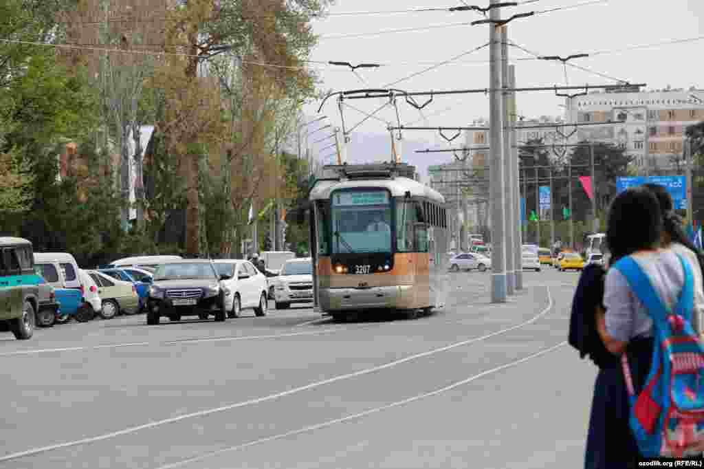 Восстановление трамвая в Самарканде было одним из предвыборных обещаний Шавката Мирзияева, баллотировавшегося на пост президента на внеочередных выборах, которые назначили после смерти Ислама Каримова. Первый президент Узбекистана похоронен в Самарканде.