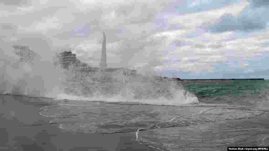 Волны с силой бьют о набережную Корнилова и заливают ее водой