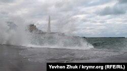 Севастополь у владі стихії – шторм, вітер і хвилі (фотогалерея)