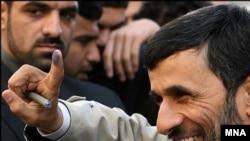 یک فعال سیاسی می گوید امکان اجماع میان نیروهای درون جمهوری اسلامی برای استیضاح احمدی نژاد وجود دارد