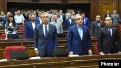 «Բարգավաճ Հայաստան» խորհրդարանական խմբակցությունը, վերին շարքում ձախից առաջինը՝ Էլինար Վարդանյան, արխիվ