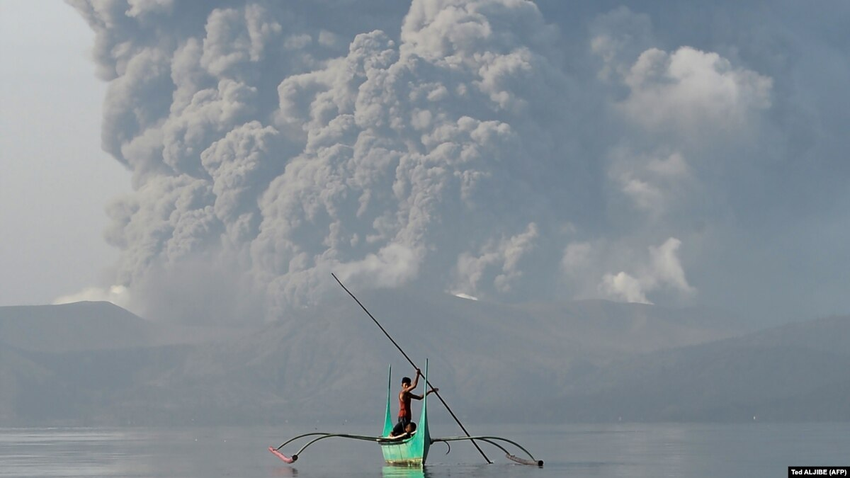 На Филиппинах из-за извержения вулкана эвакуируют сотни тысяч человек
