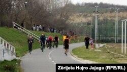 Qytetarët e Shkupit s'respektojnë rekomandimet, dalin në park