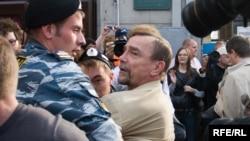 Задержание Льва Пономарева на протестной акции в 2009 году