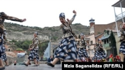 В статье отмечается, что 5 и 6 октября на улицах Тбилиси пройдут концерты под открытым небом и различные культурные мероприятия