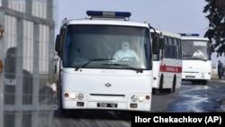 Кытайдан эвакуацияланган жарандарды салган автобустар Харьков аэропортунда. 20-февраль, 2020-жыл.