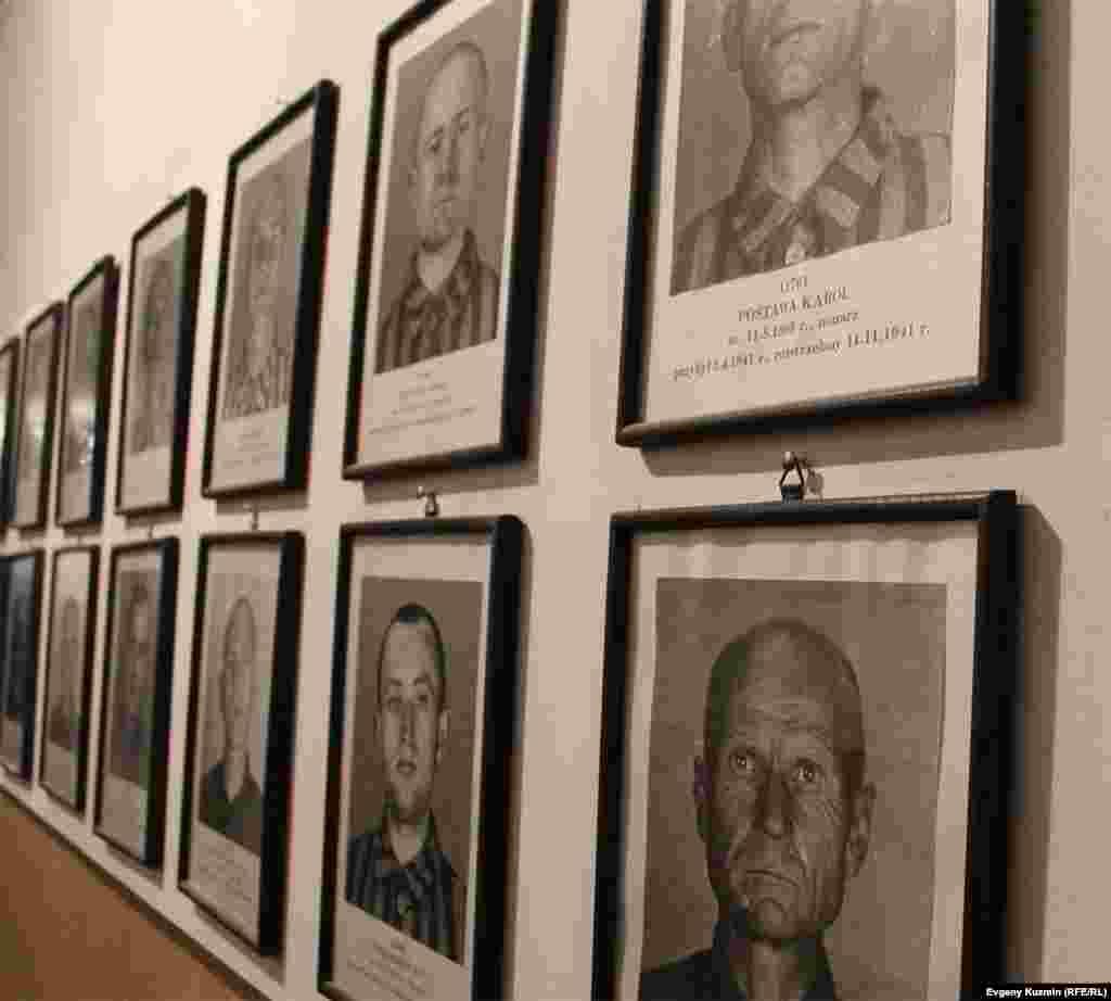 Фотографии погибших узников лагеря развешаны во многих блоках Аушвица