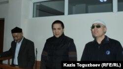 Кенжебек Абишев, Алмат Жумагулов и Оралбек Омыров в зале судебного заседания Алмалинского районного суда. Алматы, 1 октября 2018 года.