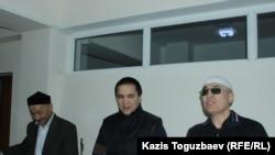 Фигуранты дела «джихадистов» Кенжебек Абишев, Алмат Жумагулов и Оралбек Омыров в зале судебного заседания Алмалинского районного суда. Алматы, 1 октября 2018 года.