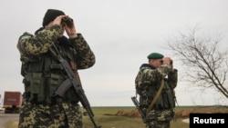 Украинские военнослужащие наблюдают в бинокль за территорией Крыма. Чонгар, Херсонская область