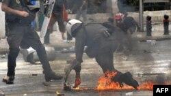 Полицейский в Афинах 5 мая - во время акций протеста против мер экономии