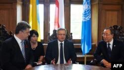 Президент України Петро Порошенко (ліворуч), керівник Польщі Броніслав Коморовський (у центрі) і генеральний секретар ООН Пан Ґі Мун. Гданськ, 7 травня 2015 року
