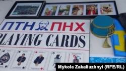 Плакати і кримськотатарські сувеніри, представлені в рамках кримської експозиції Канадської асоціації кримських татар, Торонто, 24 серпня 2017 року