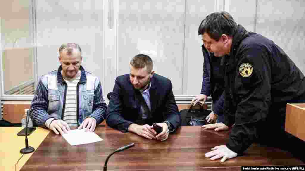 Іван Бубенчик (л) та народні депутати Володимир Парасюк (ц) і Семен Семенченко (п)