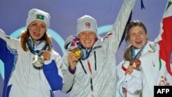 Солдан оңға: Ванкувер олимпиадасында медаль алған қазақстандық спортшы Елена Хрусталева (күміс), норвегиялық Тора Бергер (алтын) және беларусь Дарья Домрачевамен (қола) бірге. Канада, 18 ақпан 2010 жыл. (Көрнекі сурет)