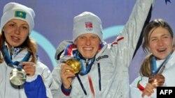 Тура Берґер (у центрі), яка виграла індивідуальну гонку на останній Олімпіаді у Ванкувері, була найкращою в цій дисципліні і на чемпіонаті світу в Чехії