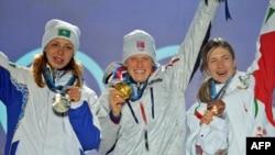Елена Хрусталева (справа) — серебряный призер зимних Олимпийских игр 2010 года по биатлону. Ванкувер, 18 февраля 2010 года.