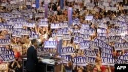 Барак Обама выступает перед сторонниками демократической партии в 2004 году. Теперь ситуация меняется не в пользу демократов.
