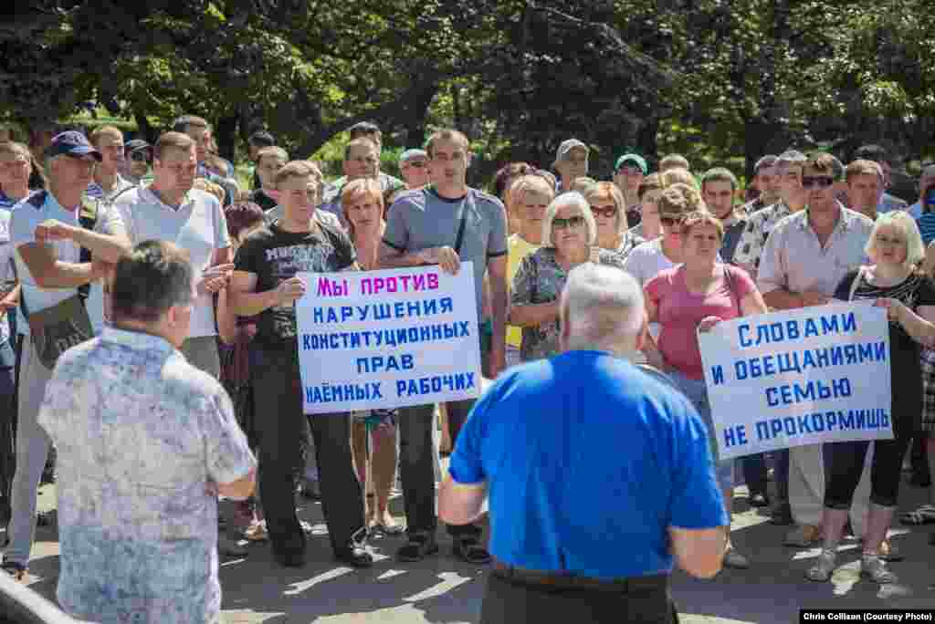 Several hundred people gathered in the main square of the town of Selidovo on July 10 to demand that the Ukrainian government pay salaries owed to the workers of state-owned coal mines.