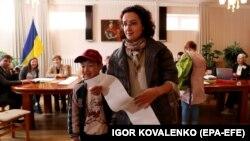 Під час голосування на виборчій дільниці в посольстві України в Киргизстані. Бішкек, 31 березня 2019 року