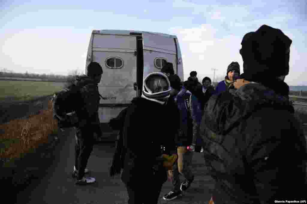 Мигранты из Ирана задержаны греческими властями рядом с деревней Кастаниес.