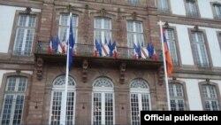 Флаг Армении поднят перед мэрией Страсбурга (Фотография - пресс-служба МИД Армении)