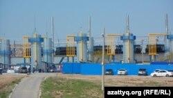 Битумный завод в Казыгуртском сельском округе Южно-Казахстанской области. 17 апреля 2014 года.