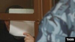 Бизнесмен Барсуков прячет лицо.