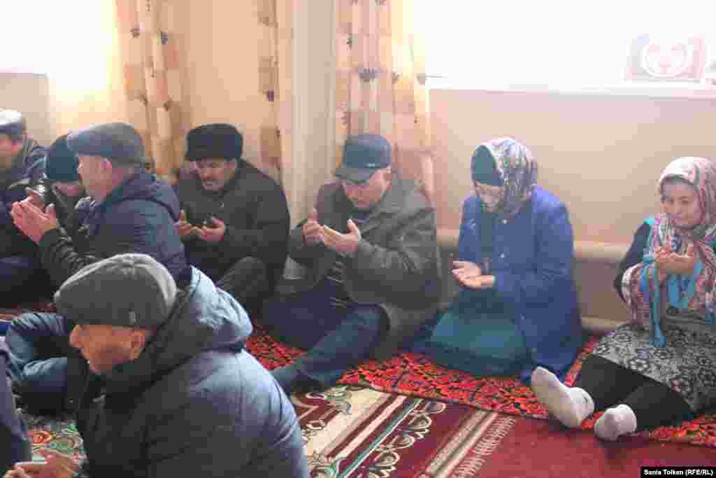 Во время молитвы в память о погибших в Жанаозене в декабре 2011 года.