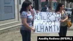 """Müxalifət fəallarının İctimai Televiziyanın qarşısında etiraz aksiyası: """"Biz İctimai Televiziya istəyirik, İlham TV yox."""" 24 may 2012"""