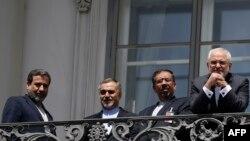 هیئت ایرانی در بالکن هتل کوبورگ، جایی که محمد جواد ظریف گاه با خبرنگاران چند کلمهای رد و بدل کردهاند