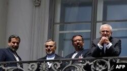 Eýranyň daşary işler ministri M.J.Zarif (s) öz geňeşçileri bilen,Wena, 10-nji iýul, 2015.
