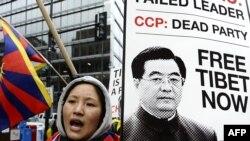 Proteste gatnaşan tibetliler Hytaýyň hökümetiniň Tibetde alyp barýan syýasatyna-da närazylyk bildirdiler.