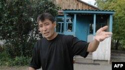 Галымжан Жакиянов в колонии в Павлодарской области после того, как ему разрешили жить на территории поселка в отдельном домике. 19 сентября 2004 года.