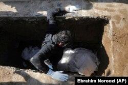 Похороны умершего от коронавируса человека в Иране. 20 марта 2020 года.