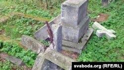 Каталіцкія могілкі ў Берасьці. Вандалы зьнішчылі помнікі