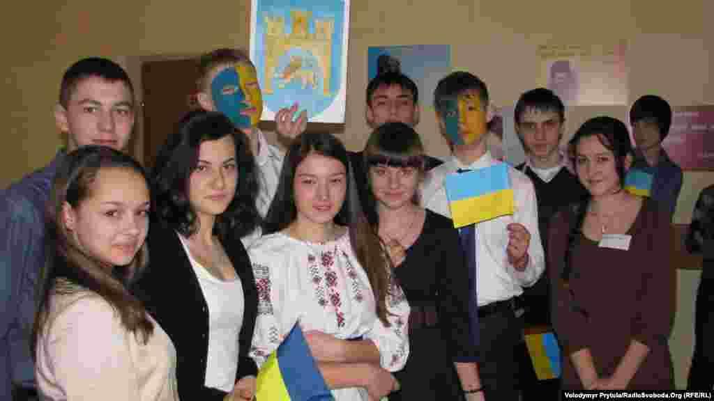 Ученики с учителями выстроились в цепочку, которая протянулась по всем коридорам и этажам гимназии