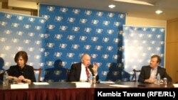 از راست: استفن چینی (رییس پروژه امنیت آمریکا) لینتون بروکس و تری لاج، مدیر بخش امنیت اتمی پروژه امنیت آمریکا