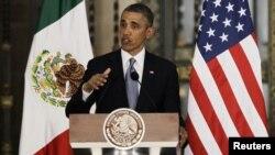 Президент Барак Обама Мексиканын улуттук сарайындагы маалымат жыйынында сүйлөп жатат. Мехико шаары. 2-май 2013