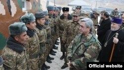 Президент Армении посещает оборонительные позиции страны, 31 декабря 2010 г. (фотография - пресс-служба президента Армении)