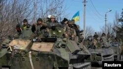 Украинские солдаты покидают район города Дебальцево. Донецкая область, Украина,18 февраля 2015 года.