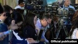 Мурдагы президент Алмазбек Атамбаевдин маалымат жыйына катышкан журналисттер, Чолпон-Ата, 1-август, 2016-жыл.